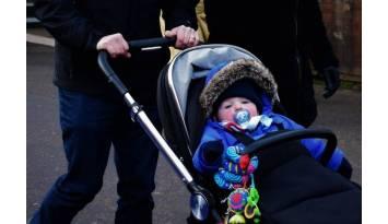 ¡Cómo empujar el cochecito de tu bebé sin que se te congelen los dedos!