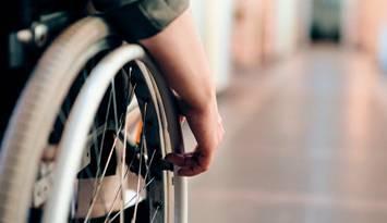 Cómo llevar el bastón o muletas en la silla sin utilizar las manos