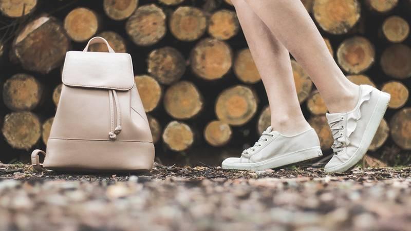 Ganchos cuelga bolsos: ¿Por qué nunca debes dejar tu bolso en el suelo?