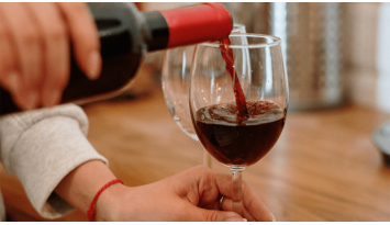 Protocolo a la hora de servir el vino en una mesa