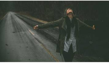 ¿La lluvia activa tu pereza por salir? ¡Con el porta paraguas para lluvia de JicaClick se acabaron las excusas!